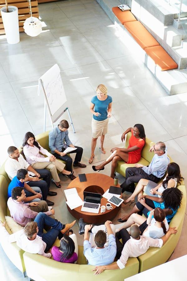 Kollegor för affärskvinnaMaking Presentation To kontor fotografering för bildbyråer