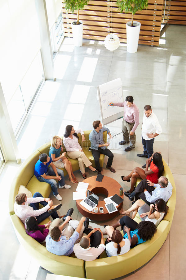 Kollegor för affärsmanMaking Presentation To kontor arkivbilder