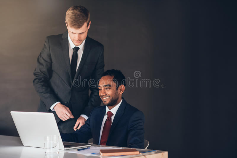 Kollegor i företags framgång arkivfoton