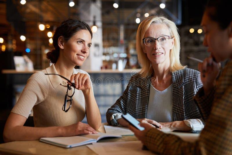 Kollegor i kaf? royaltyfri fotografi