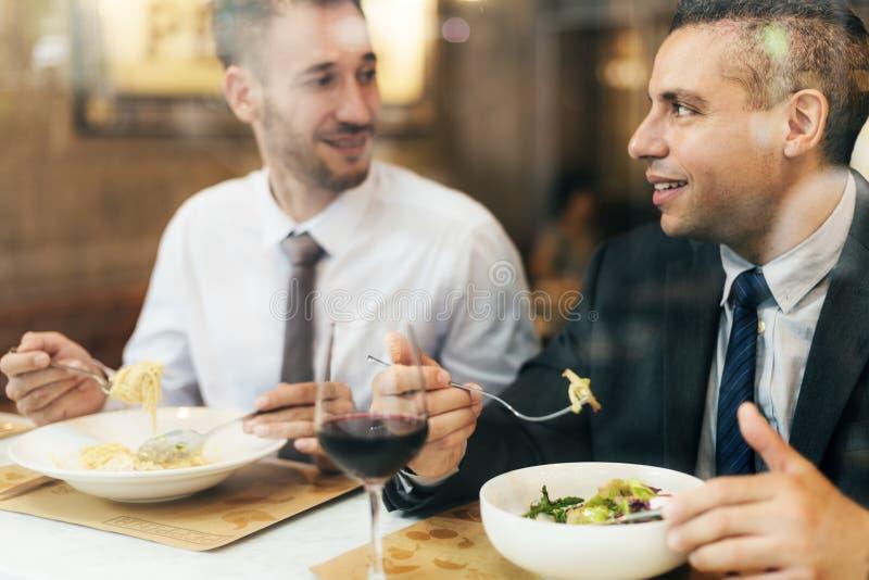 Kollegor som äter middag restaurangvinbegrepp royaltyfri foto