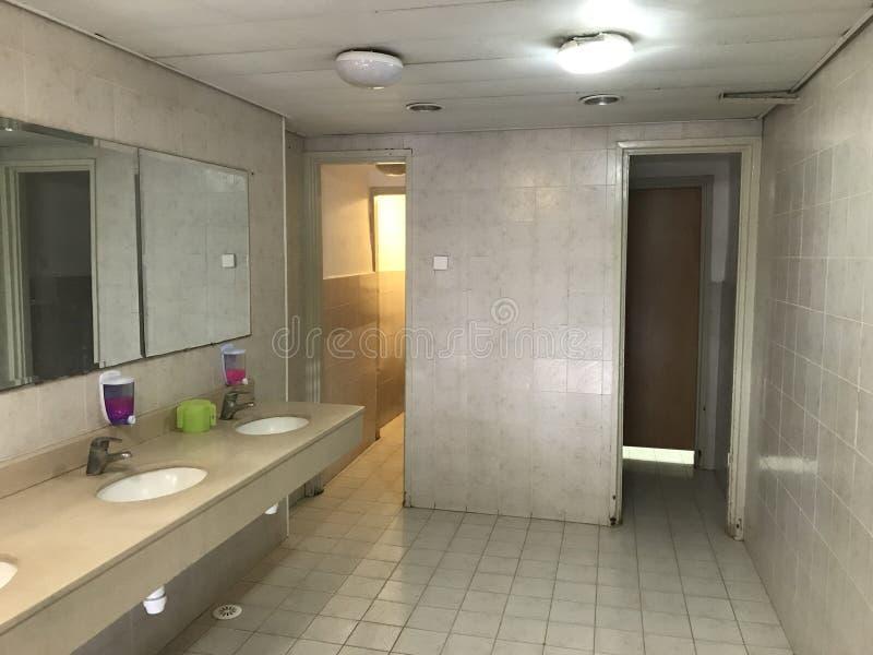 Kollektiv toalett på mitten för ett delat samhälle fotografering för bildbyråer