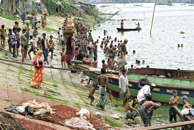 Kollektivt ställe som ska badas i floden Buriganga, Dhaka arkivbilder