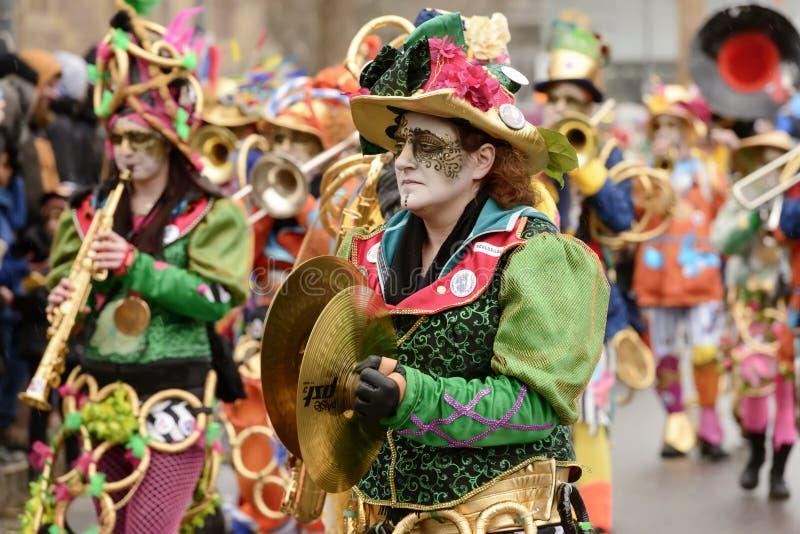 Kollidera cymbalspelaren i färgrik marschmusikband på karnevalparad fotografering för bildbyråer