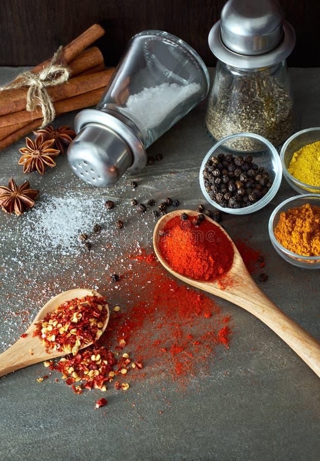 Kollidera kryddor från skeden arkivfoto