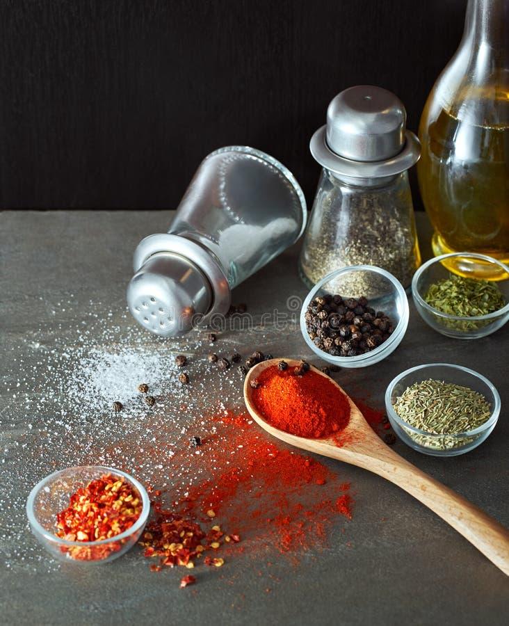Kollidera kryddor från skeden royaltyfri bild