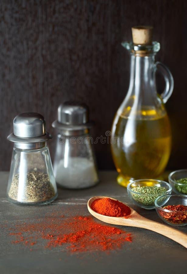 Kollidera kryddor från skeden arkivbilder