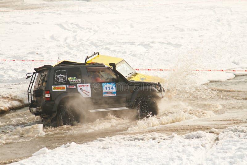 kolliderade jeeps races vatten två royaltyfri bild