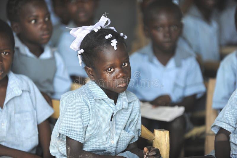 KOLMINY, HAÏTI : LE 12 FÉVRIER 2014 Écolière haïtienne pleurante image stock