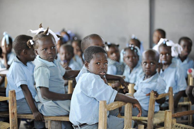 KOLMINY, HAITI - 12 DE FEVEREIRO DE 2014: Uma classe de alunos elementares fotografia de stock royalty free