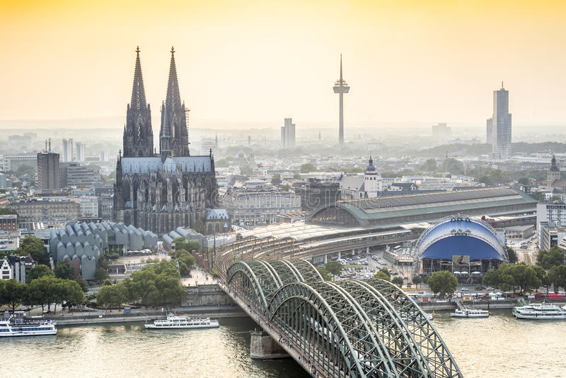 Koln cityscape med domkyrka- och stålbron, Tyskland royaltyfria foton