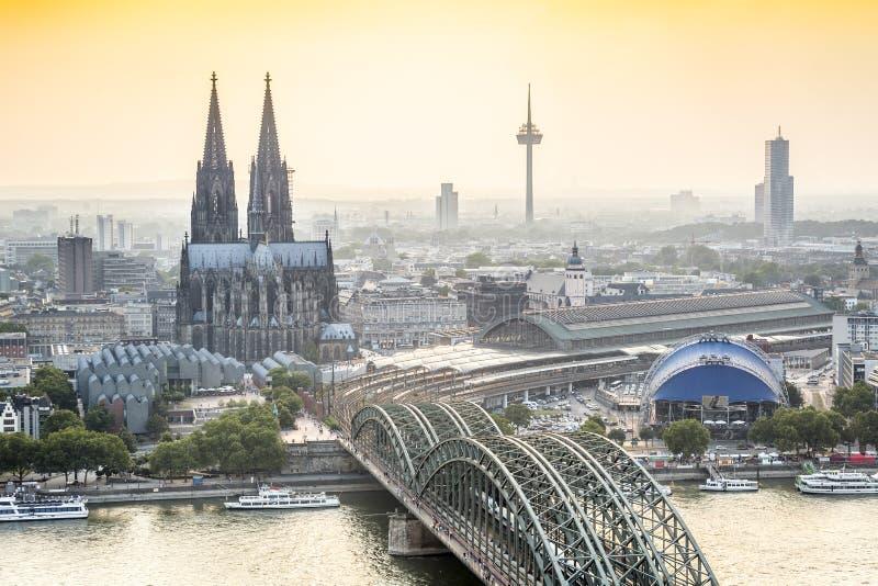 Kolncityscape met kathedraal en staalbrug, Duitsland royalty-vrije stock foto's