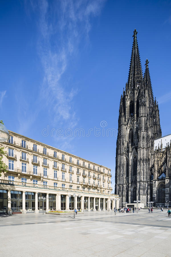 Kolońska katedra I Roncalliplatz, Niemcy obrazy royalty free