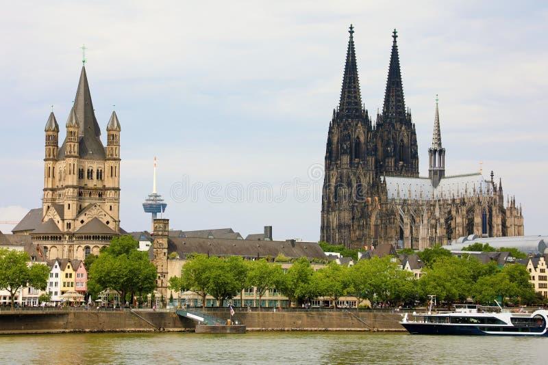 Kolońska katedra i St Martin kościół na rzecznym Rhine, Kolonia, Niemcy zdjęcia royalty free