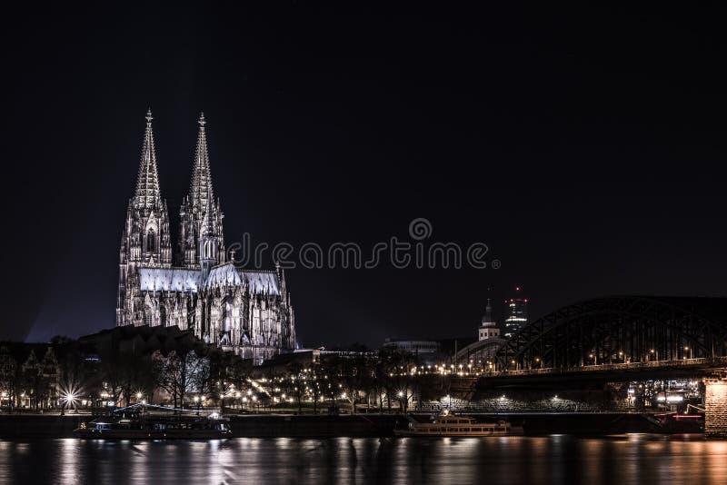 Kolońska katedra przy rzecznym Rhine nocy strzałem obraz royalty free
