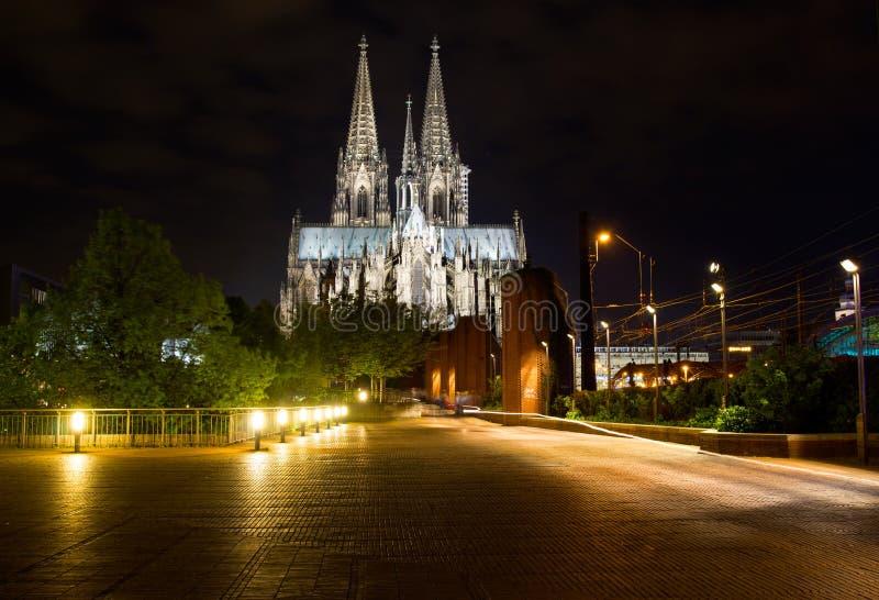 Kolońska katedra w nocy mieście fotografia stock