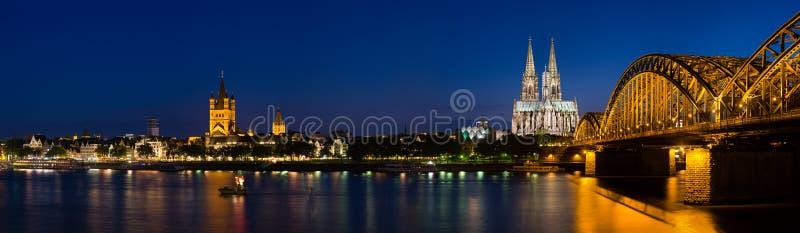 Kolońska Katedralna panorama Przy nocą, Niemcy obrazy stock