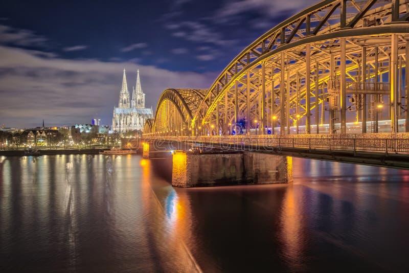 Kolońska miasto linia horyzontu przy nocą w Kolonia, Niemcy fotografia royalty free