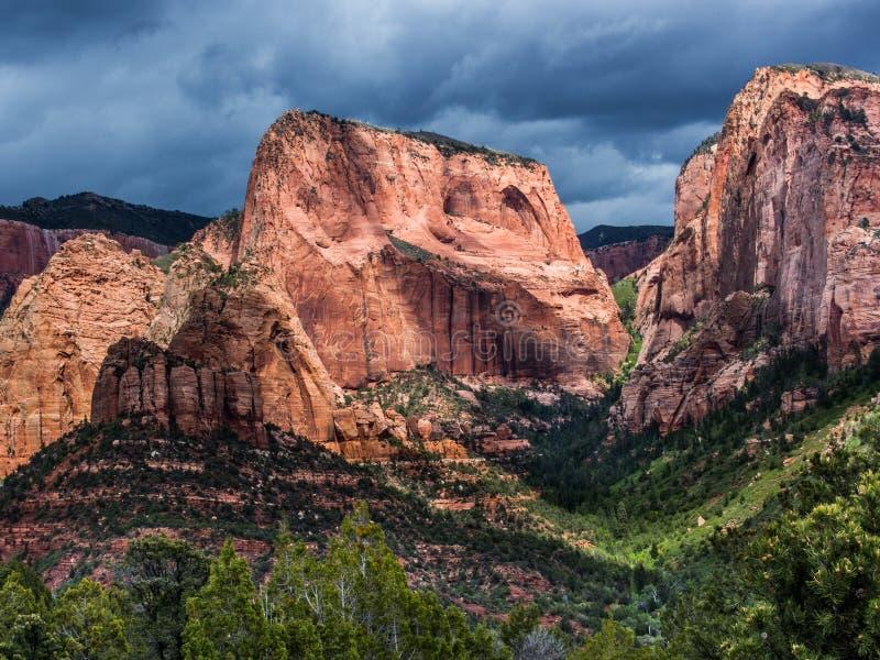 Kolob kanjoner och molnig himmel i Zion National Park arkivbilder