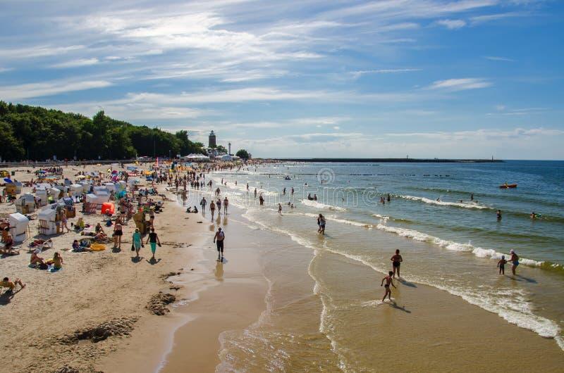 Kolobrzeg-Strand im Sommer lizenzfreie stockbilder