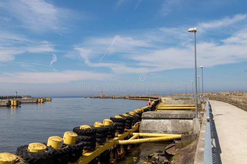 Kolobrzeg, zachodniopomorskie/Polônia - maio, 21, 2019: Um porto em uma cidade no Polônia do norte Embarcação amarrada no cais po imagens de stock
