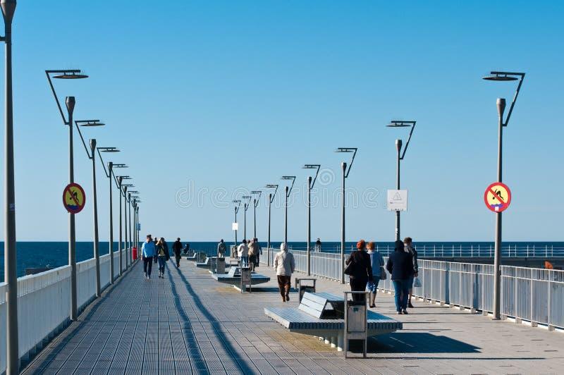 Kolobrzeh Polonia, molo turistico del punto di riferimento il giorno soleggiato immagine stock libera da diritti