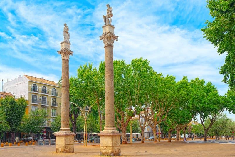 Kolom Alameda DE Hercules binnen de stad in van de stad Sevilla - is stock foto's