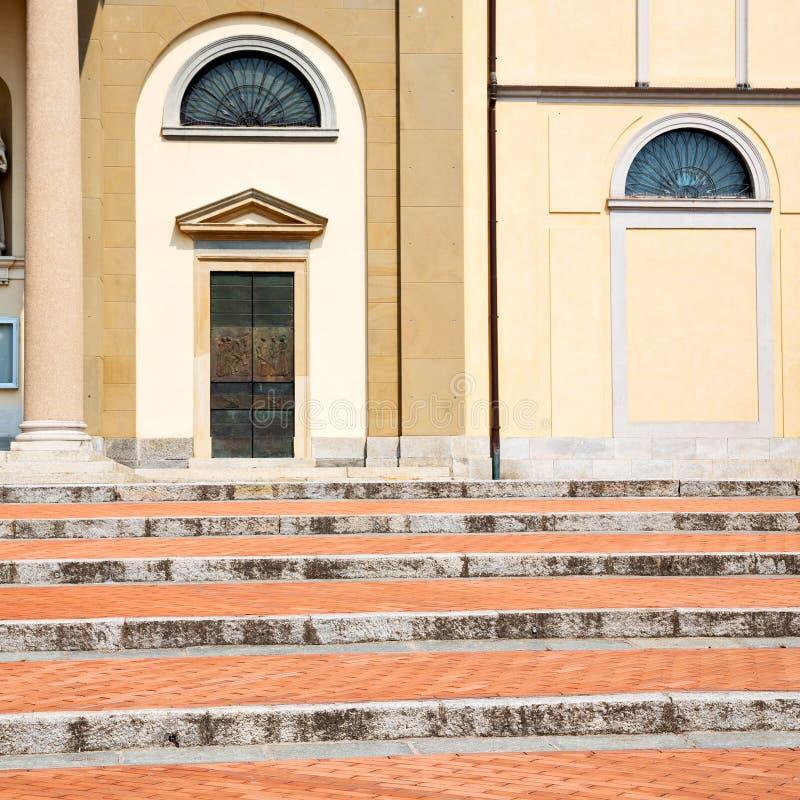 kolom oude architectuur in de godsdienst van Italië Europa Milaan en stock foto's