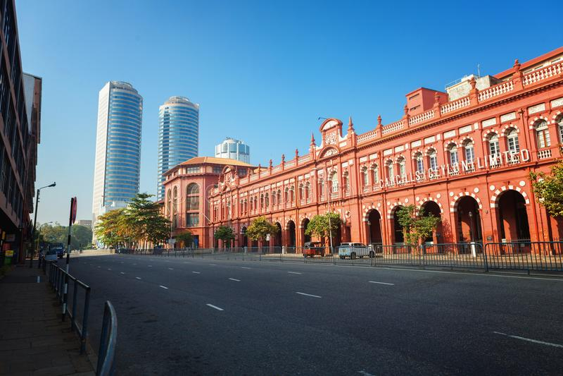 Kolombo, Sri Lanka - 11 2017 Luty: Czerwony budynek Cargills i Miller w Jork ulicie z drapaczami chmur handel światowy obraz royalty free