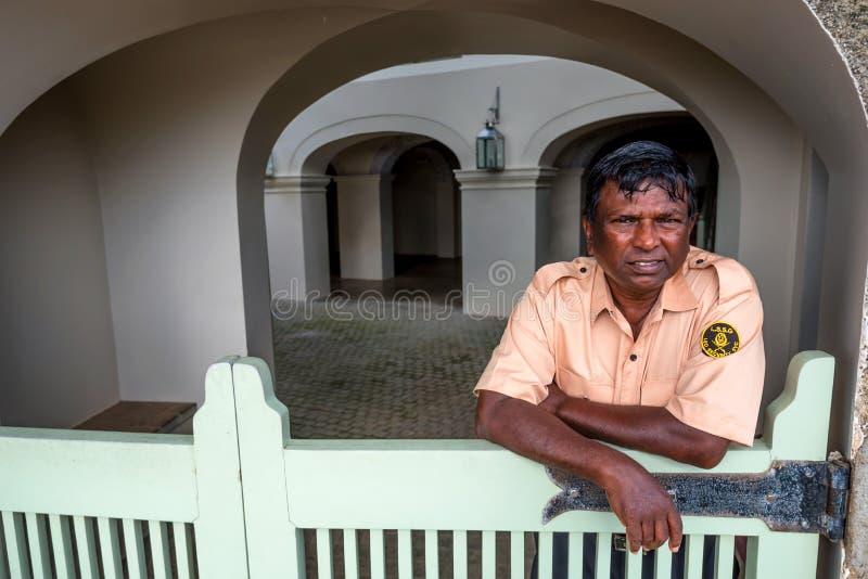 KOLOMBO, SRI LANKA - OKOŁO GRUDZIEŃ 2016: Portret niezidentyfikowany pracownik ochrony obrazy stock