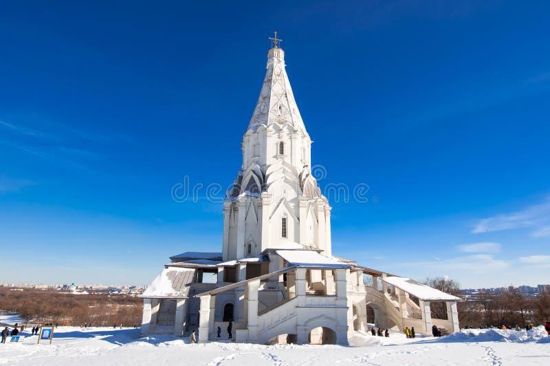 Kolomenskoye avec l'église antique de l'ascension pendant le jour ensoleillé images stock