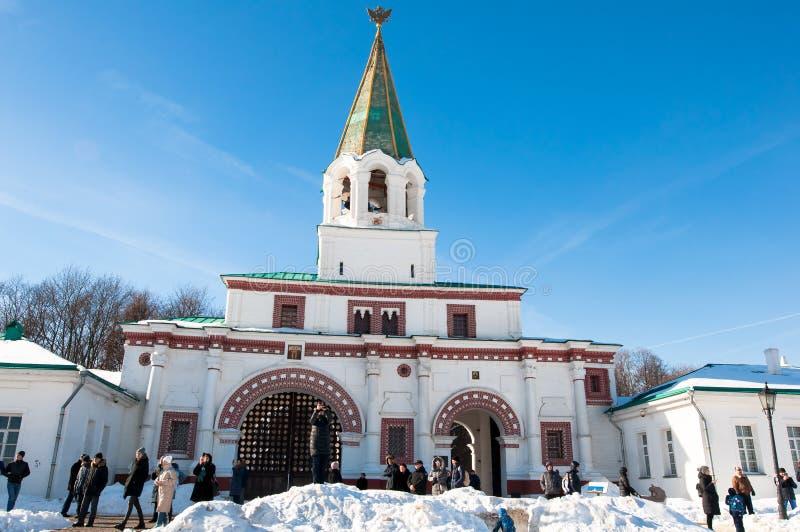 Kolomenskoye met oude Voorpoorten tijdens de zonnige dag, toeristen gaat bezienswaardigheden bezoekend royalty-vrije stock afbeeldingen