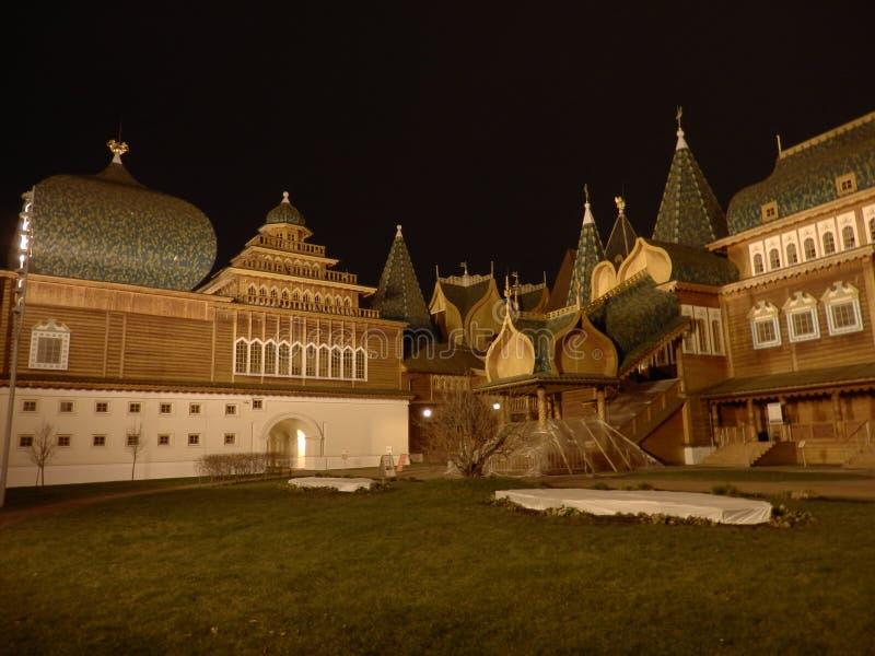 Kolomenskoye träslott i Moskva vid natt arkivbild