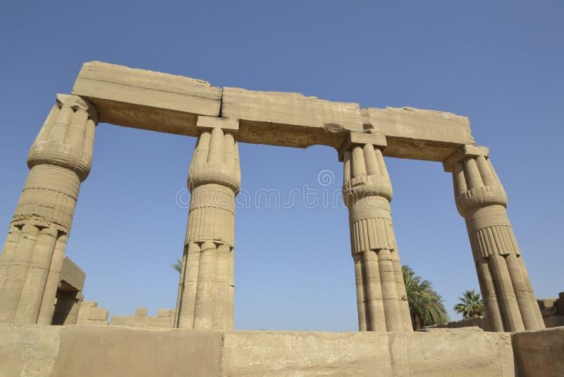 Kolommen bij tempel Karnak in Luxor stock afbeeldingen