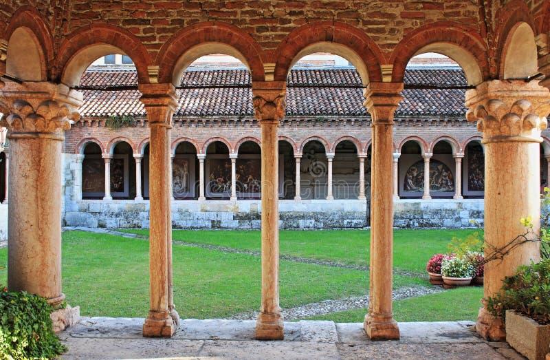 Kolommen en bogen in het middeleeuwse klooster van Heilige Zeno royalty-vrije stock foto