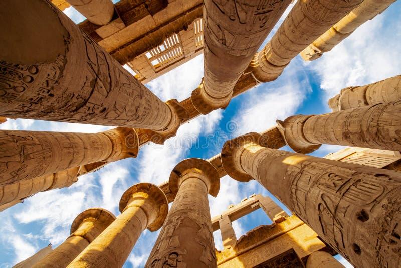Kolommen en de wolken van de Karnak Hypostyle zaal in de Tempel in Luxor Thebes stock foto's