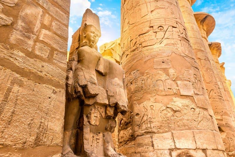 Kolommen en standbeeld in Karnak-Tempel royalty-vrije stock foto