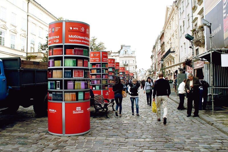 Kolommen met illustraties van boekenplanken met vele boeken op hen - een mobiele elektronische bibliotheek royalty-vrije stock afbeeldingen