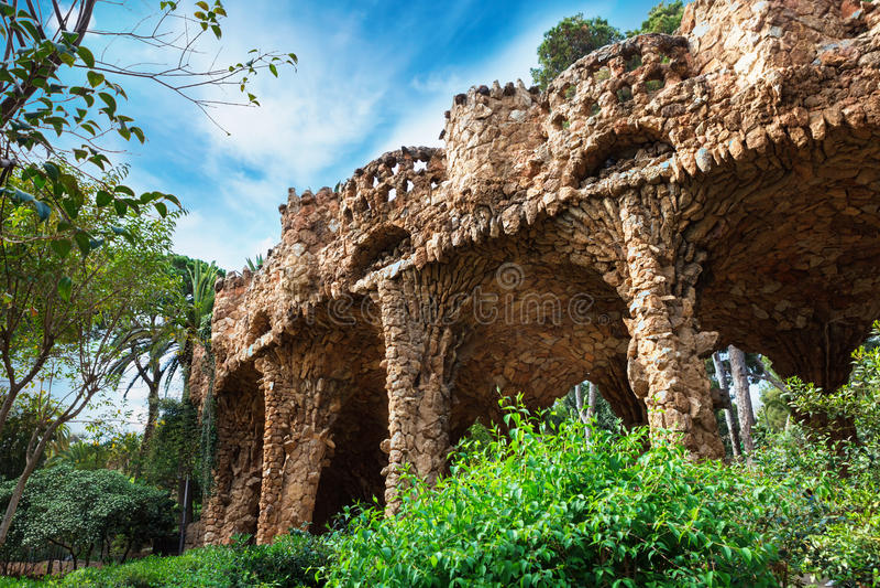 Kolommen in Park Guell door Antoni Gaudi in Barcelona, Spanje wordt ontworpen dat stock afbeelding