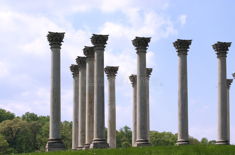 Kolommen tegen blauwe hemel royalty-vrije stock afbeelding