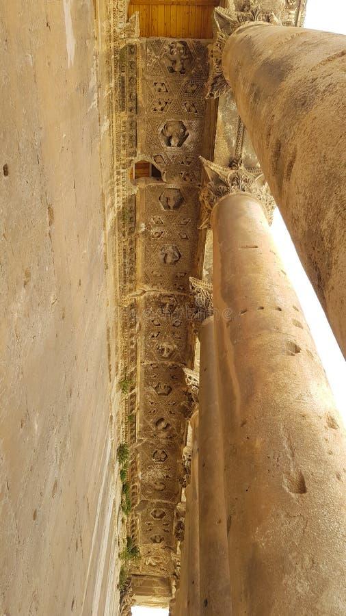 Kolommen van de Tempel van Bacchus De ruïnes van de Roman stad van Heliopolis of Baalbek in de Beqaa-Vallei Baalbek, Libanon - royalty-vrije stock afbeelding