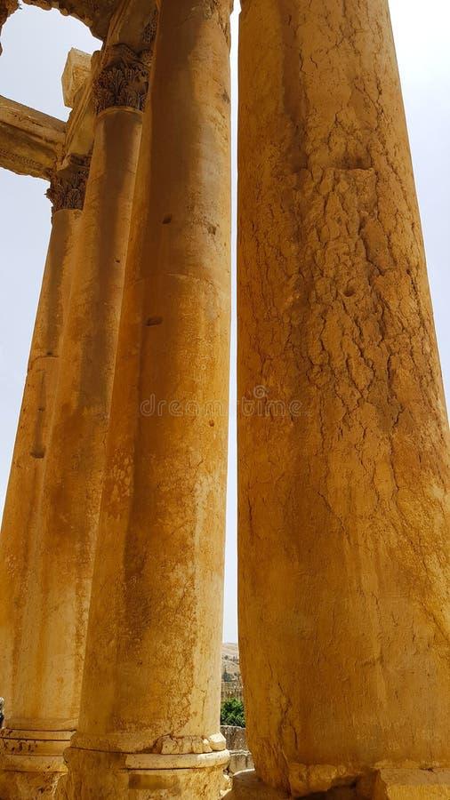 Kolommen van de Tempel van Bacchus De ruïnes van de Roman stad van Heliopolis of Baalbek in de Beqaa-Vallei Baalbek, Libanon - stock afbeelding