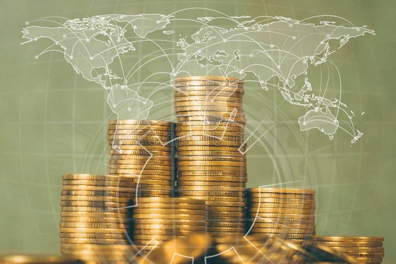 Kolommen van gouden muntstukken, stapels van muntstukken op werkende lijst, wereld ma royalty-vrije stock fotografie