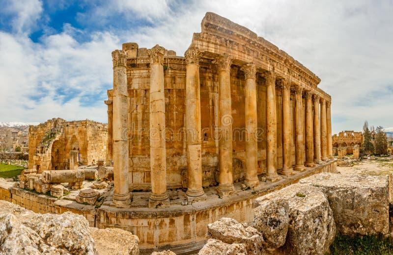 Kolommen van oude Roman tempel van Bacchus met het omringen van ruïne stock afbeeldingen