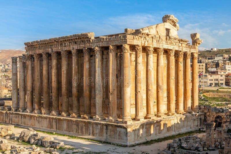 Kolommen van oude Roman tempel van Bacchus met het omringen van ruïnes en blauwe hemel op de achtergrond, Bekaa-Vallei, Baalbek,  stock foto's