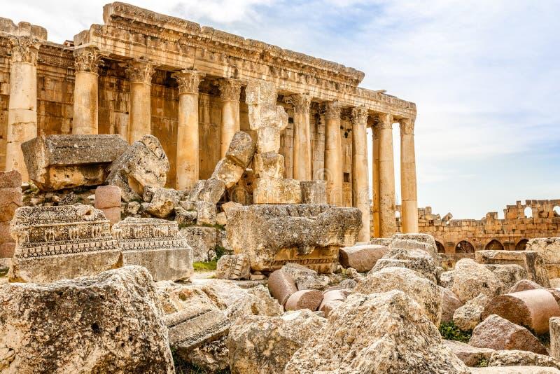 Kolommen van oude Roman tempel van Bacchus met het omringen van ruïnes van oude stad, Bekaa-Vallei, Baalbek, Libanon stock fotografie