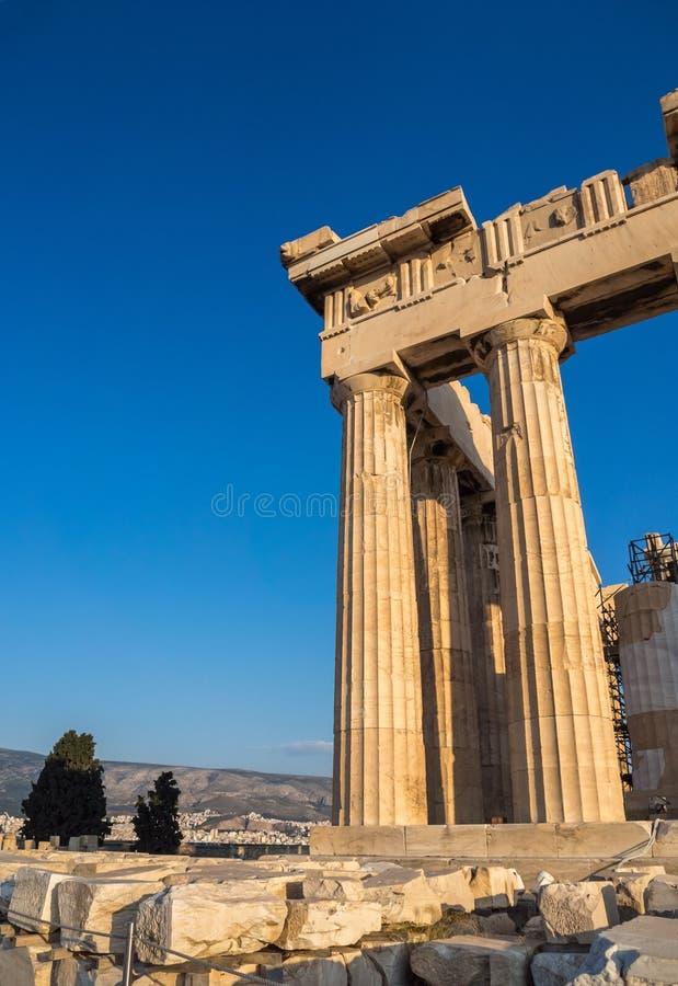 Kolommen van Parthenon-tempel op Akropolis, Athene, Griekenland bij zonsondergang tegen blauwe hemel stock afbeelding