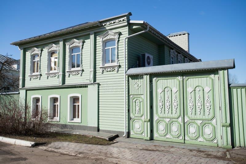 kolomna Ρωσία Ξύλινο σπίτι σε Kolomna Κρεμλίνο κάτω από το μπλε ουρανό στοκ εικόνα με δικαίωμα ελεύθερης χρήσης