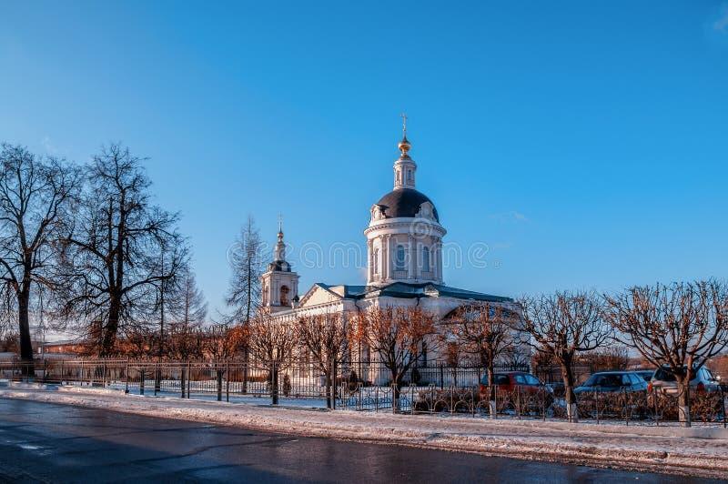 Kolomna-Kirche des Erzengels Michael mit einem Glockenturm an einem Wintertag Touristische Wege lizenzfreie stockfotos