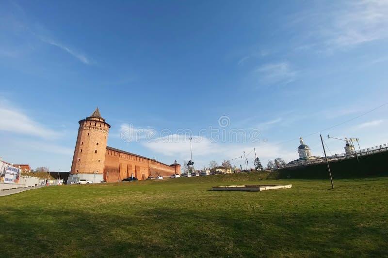 Kolomna, Rússia - 1º de abril de 2019: Kolomna kremlin - uma das fortaleza as maiores e as mais poderosas de épocas velhas imagem de stock
